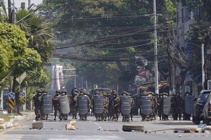 Policija u Mjanmaru suzavcem i bojevom municijom na demonstrante, šest osoba poginulo (FOTO) 4