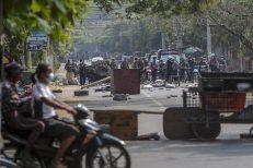 Policija u Mjanmaru suzavcem i bojevom municijom na demonstrante, šest osoba poginulo (FOTO) 3