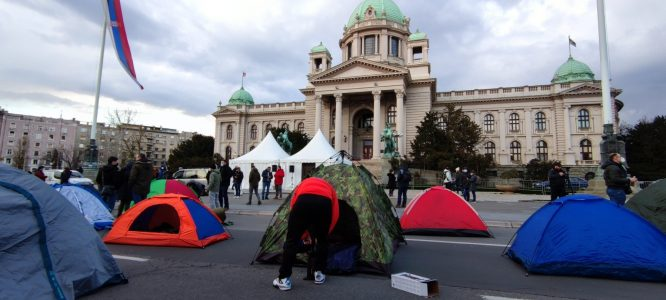 Predstavnici Udruženja radnika na internetu postavili šatore ispred Skupštine (VIDEO, FOTO) 4
