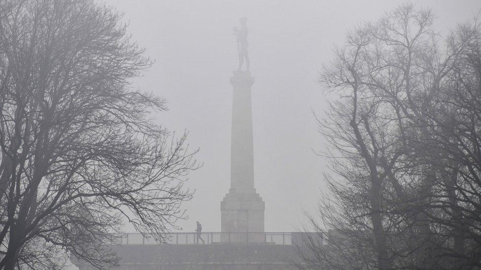 Magla i smog oko spomenika Pobednik u Beogradu