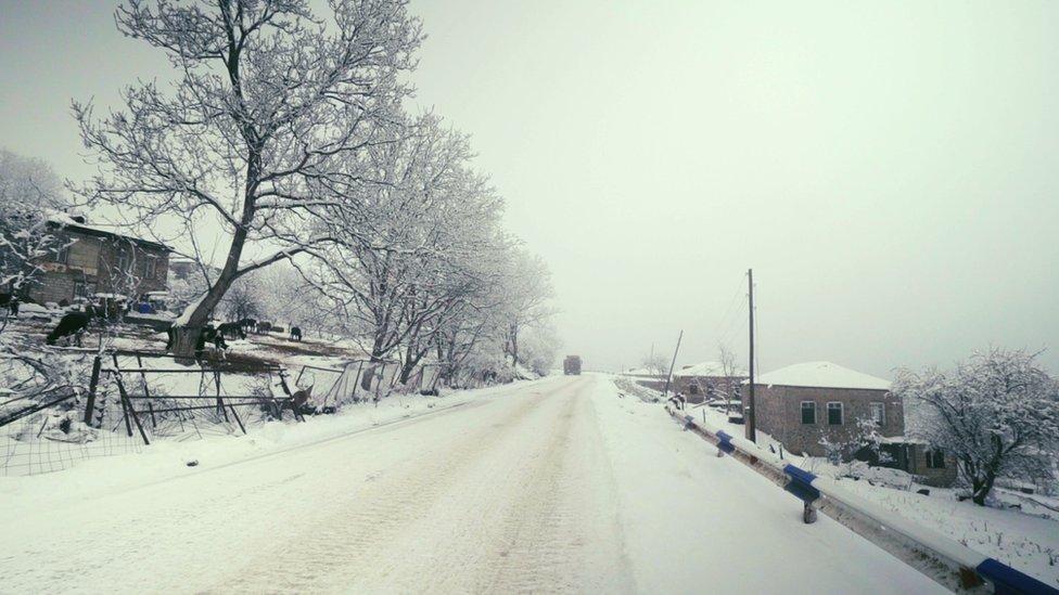 Granica meždu dvumя častяmi Šurnuha prohodit rovno po эtoй doroge. Sleva - Armeniя, sprava - Azerbaйdžan