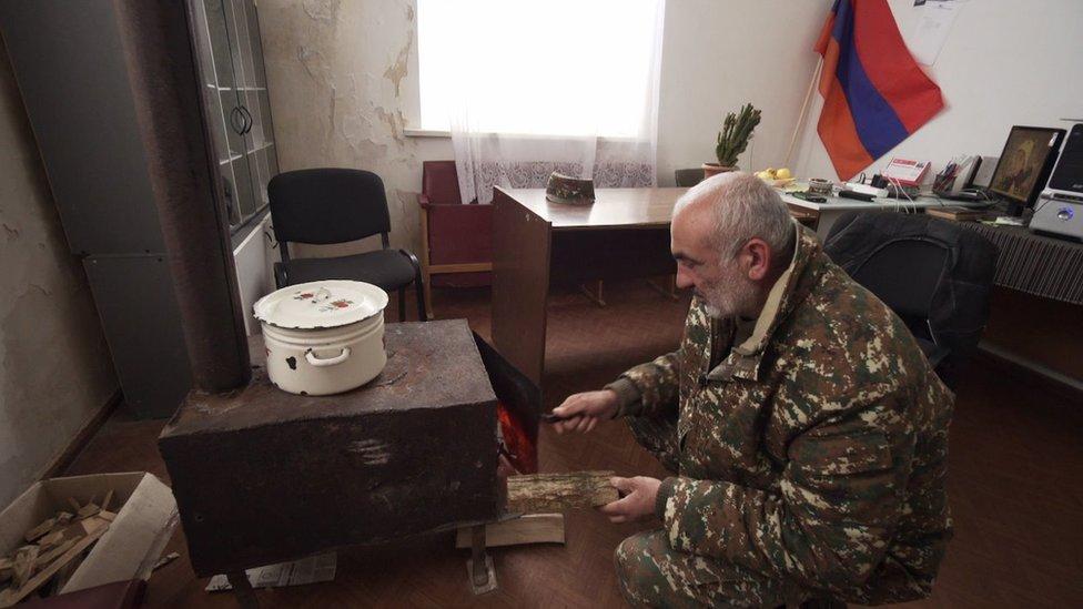 Glava Šurnuha Akop Aršakяn pereehal iz perešedšeй Azerbaйdžanu časti sela. On s semьeй živet i rabotaet v zdanii administracii