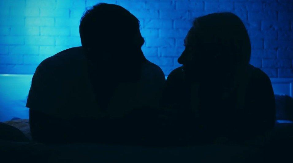 Zajedno sa onima koji su singl, pojedini parovi takođe otkrivaju čari onlajn seksualnog iskustva