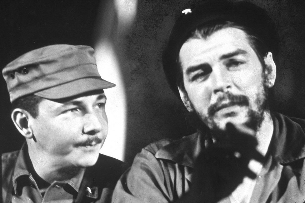 (L-R) Raul Castro and Ernesto (Che) Guevara. (Photo by Ben Martin/Getty Images) 1 January 1964