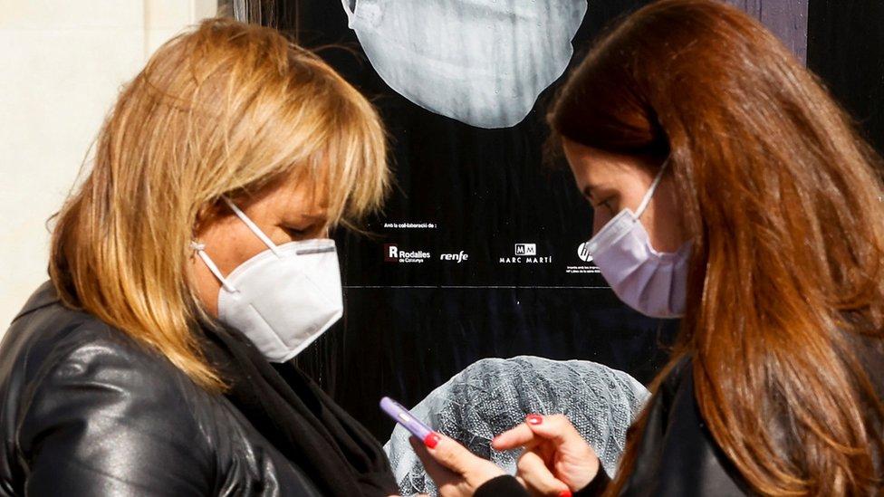 Žene nose maske