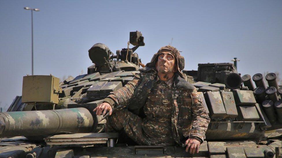 Lutka jermenskog vojnika u zaplenjenom tenku