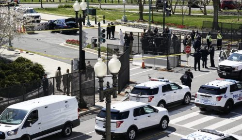 Auto udario u barikadu kod Kapitola, policajac poginuo, vozač ubijen 2