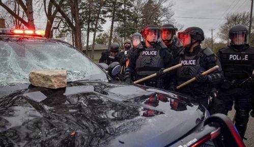 Protesti zbog smrti Afroamerikanca u Minesoti, policija tvrdi da je njen pripadnik slučajno pucao 7