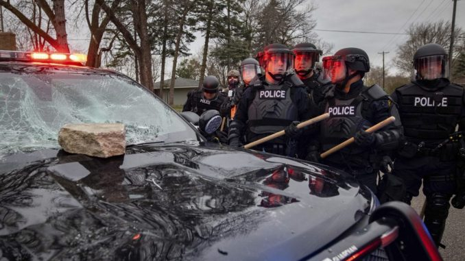 Protesti zbog smrti Afroamerikanca u Minesoti, policija tvrdi da je njen pripadnik slučajno pucao 4