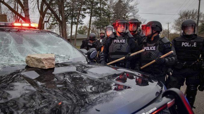 Protesti zbog smrti Afroamerikanca u Minesoti, policija tvrdi da je njen pripadnik slučajno pucao 3