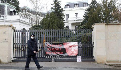 Uhapšeni Česi koji su išarali rusku ambasadu kečapom 7