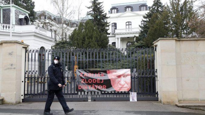 Uhapšeni Česi koji su išarali rusku ambasadu kečapom 3