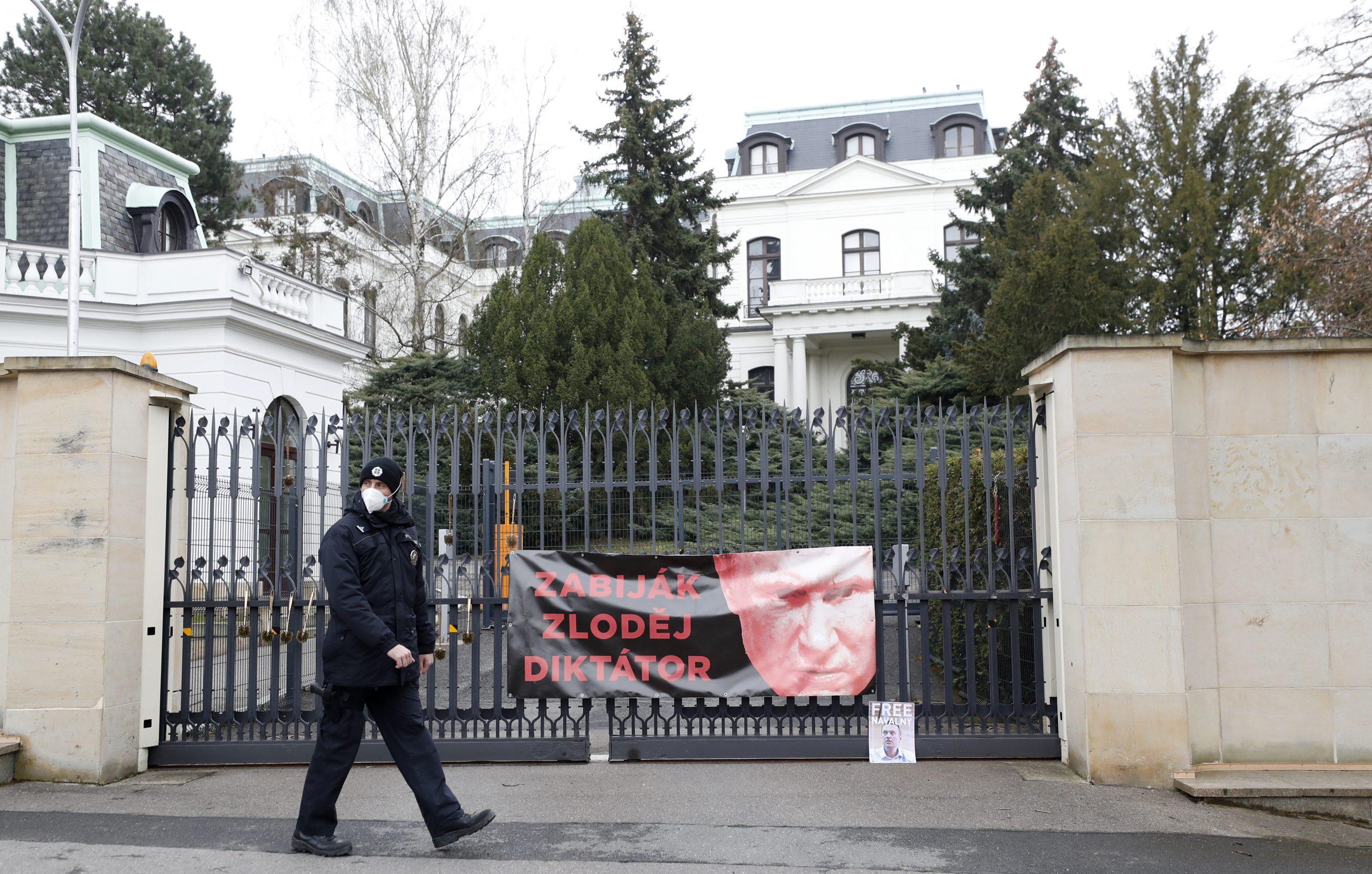 Uhapšeni Česi koji su išarali rusku ambasadu kečapom 1