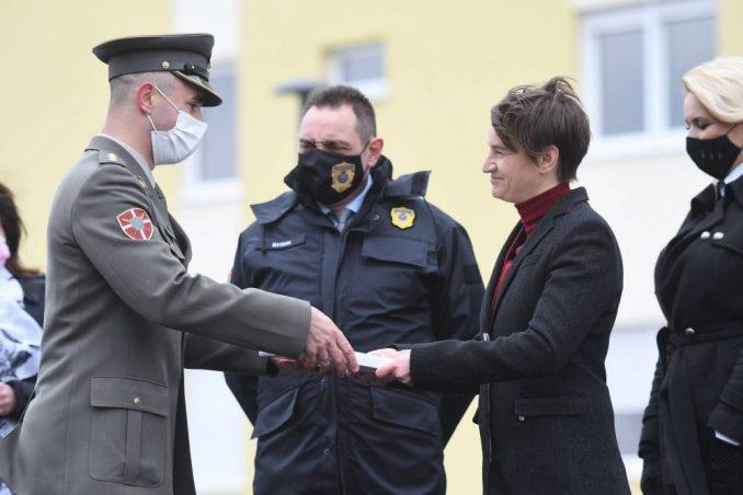 Brnabić uručila ključeve 14 stanova za pripadnike službi bezbednosti u Novom Sadu 3