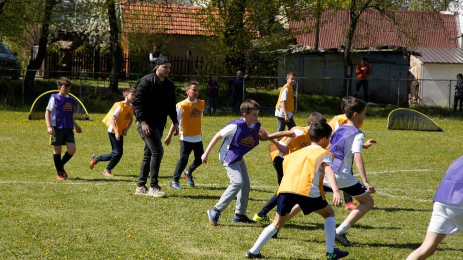 Osmesi dece nemaju cenu! Katai izmamio ovacije na Mozzartovom otvorenom času fudbala! 2