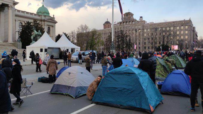 Predstavnici Udruženja radnika na internetu postavili šatore ispred Skupštine (VIDEO, FOTO) 1