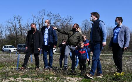 Negotin: Ministar Selaković obišao porodicu Manojlović koja se iz Francuske vratila u rodno selo 3