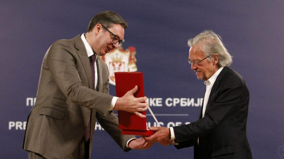 Kakvu je poruku Vučić poslao odlikujući Handkea?