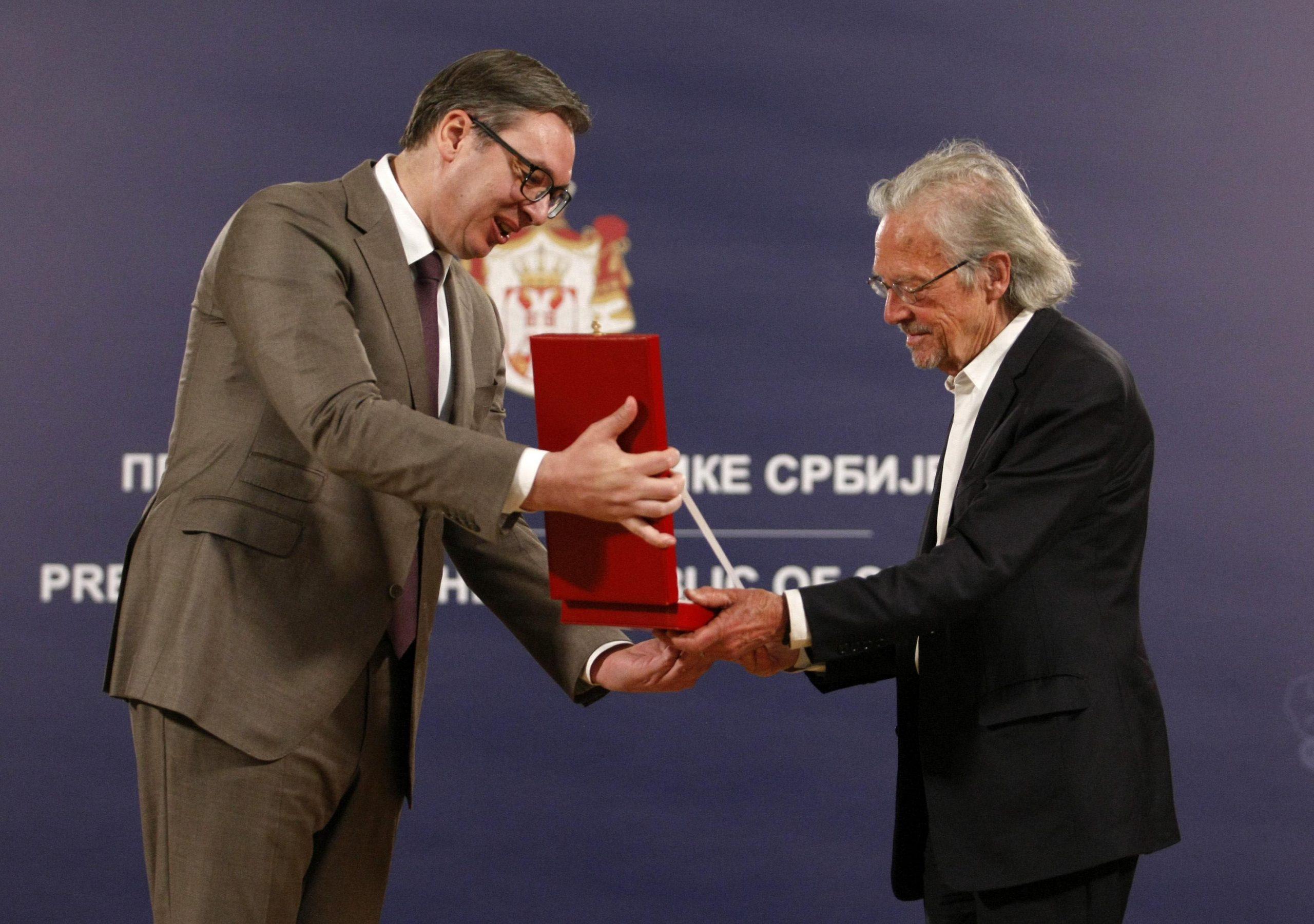 Kakvu je poruku Vučić poslao odlikujući Handkea? 1