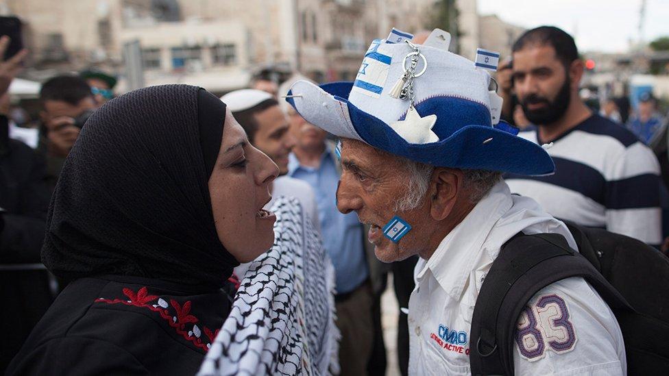 Palestinka i Izraelac viču jedno na drugo