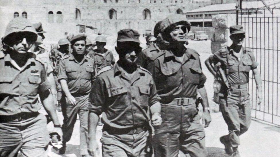 Izraelski vojni komandanti stižu u istočni Jerusalim za vreme rata 1967. godine.