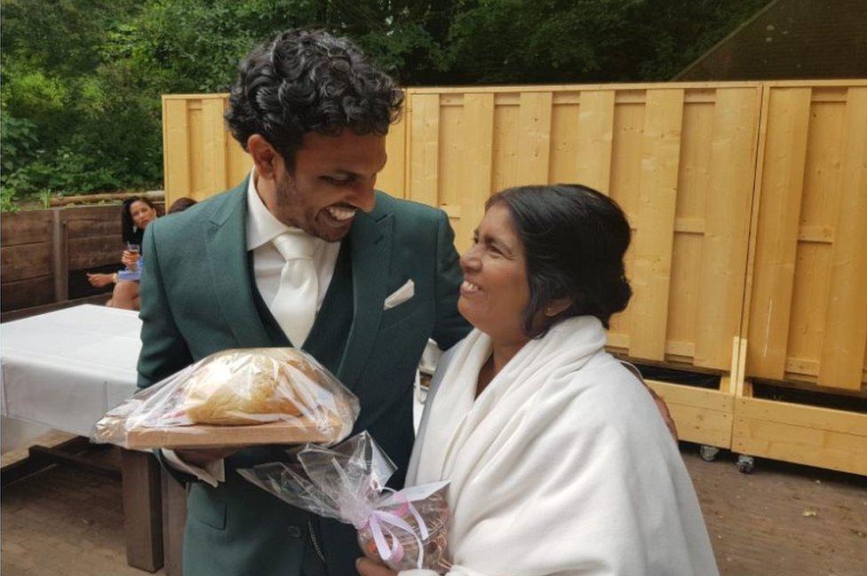 Sanul i majka na njegovom venčanju