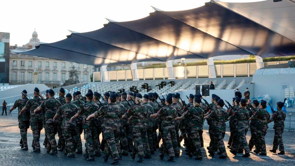 Vojnici u bazi u Parizu