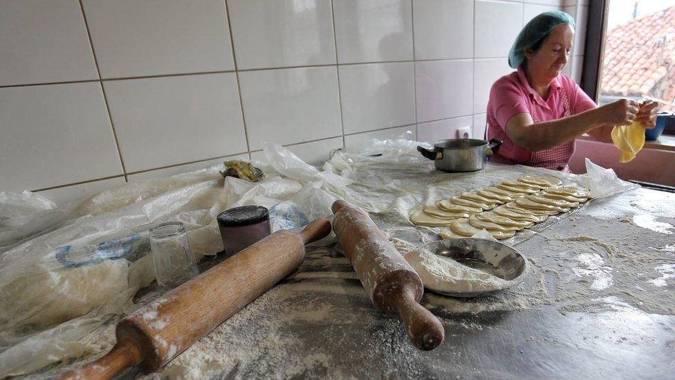 Pripremaju se tradicionalna bošnjačka jela, a neizostavan detalj bajramske sofre su svakako i pazarske mantije
