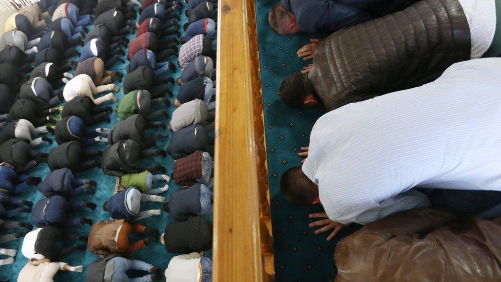 Posle molitve, imam Stambol džamije u Novom Pazaru održao je govor u kojem je pozvao vernike na jedinstvo i da se zajedno mole za muslimane u Gazi koji su ovih dana na udaru izraelskih vojnih snaga