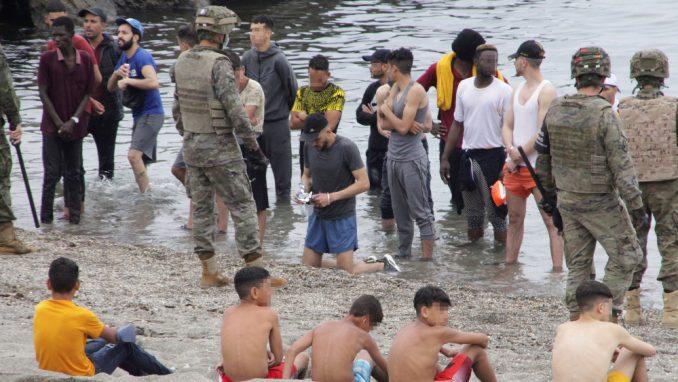 Španija: Policija suzavcem rasterivala migrante 3