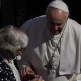 Papa poljubio tetovažu na ruci žene koja je preživela Aušvic 2