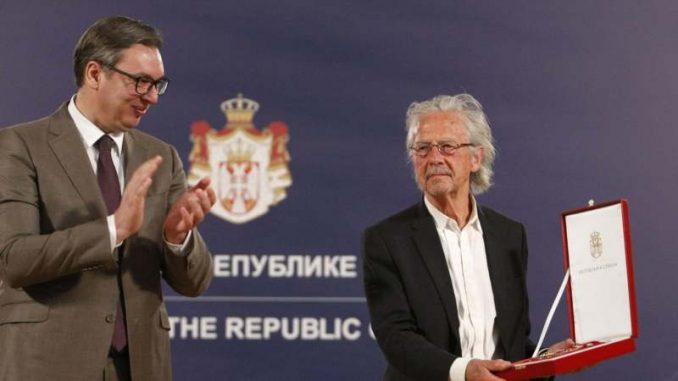 Vučić uručio Handkeu orden 4