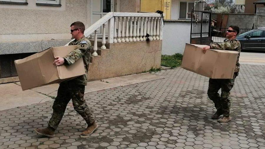 I američki vojnici delili paketiće u srpskim enklavama na Kosovu 1