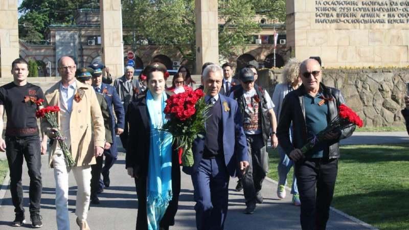 """Ambasador Rusije položio cveće na spomenik """"Večna vatra"""" 1"""