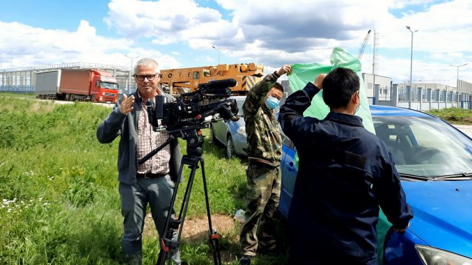 """Obezbeđenje fabrike """"Linglong"""" pokušalo da spreči holandske novinare da snime izjavu aktiviste Građanskog preokreta (VIDEO) 3"""
