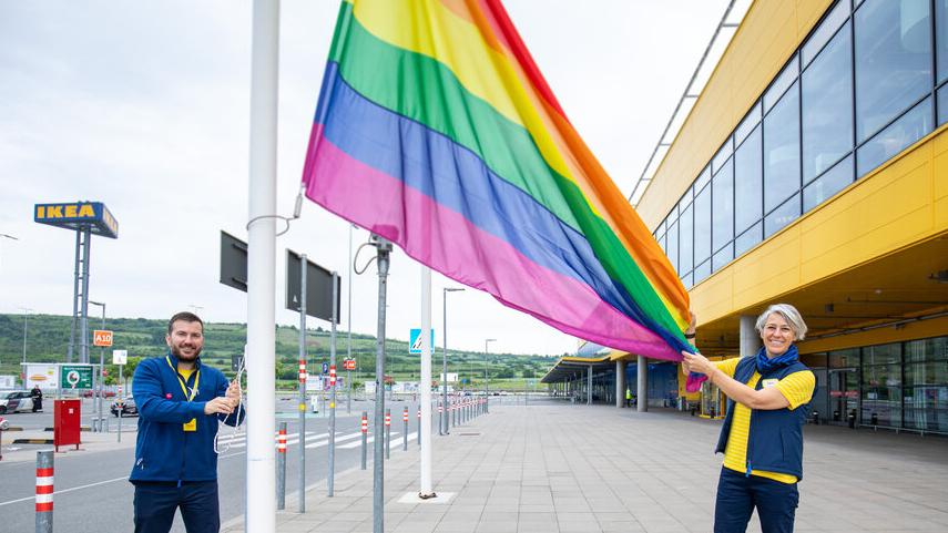 """U znak podrške LGBT+ pravima, IKEA Srbija podigla zastavu duginih boja i pokrenula kampanju """"Ljubav živi i izvan četiri zida"""" 1"""