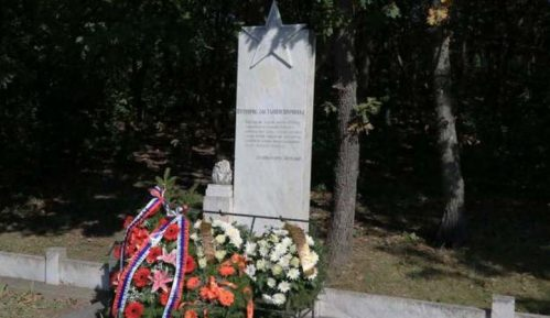 "Kragujevac: Venci na Spomenik crvenoarmejcima i koncert ""Sećanje na heroje"" u Gimnaziji 15"