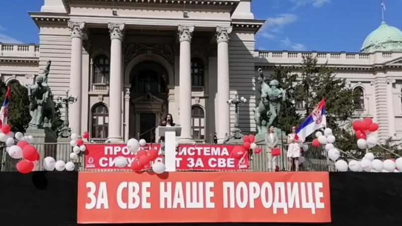 Obradović u porodičnoj šetnji: Mi smo treća politička opcija većinske Srbije (VIDEO) 1