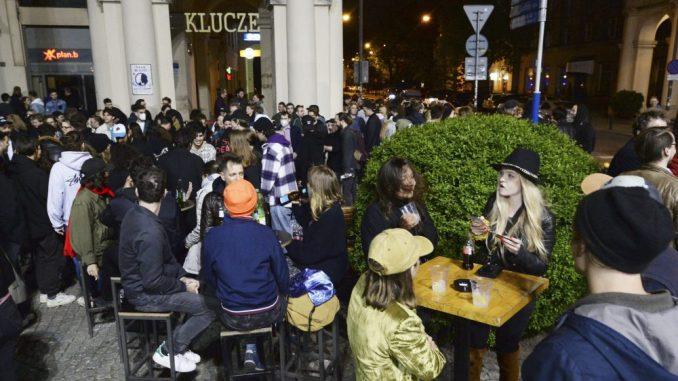 Poljaci u ponoć proslavili otvaranje bašti kafića kao doček Nove godine 5