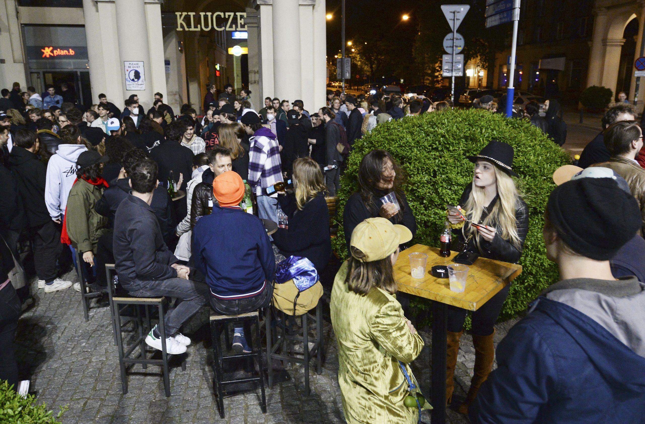 Poljaci u ponoć proslavili otvaranje bašti kafića kao doček Nove godine 1