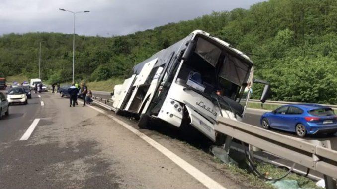 Prevrnuo se autobus kod Bubanj potoka, povređeno sedam osoba, saobraćaj otežan na autoputu prema Nišu 5