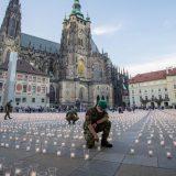 Zamak Hradčani u Pragu obasjalo 30.000 sveća za žrtve kovid-19 11
