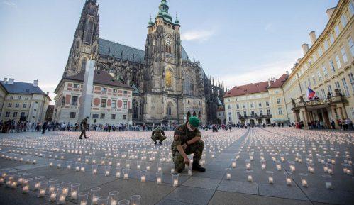 Zamak Hradčani u Pragu obasjalo 30.000 sveća za žrtve kovid-19 1
