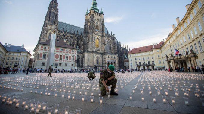 Zamak Hradčani u Pragu obasjalo 30.000 sveća za žrtve kovid-19 5