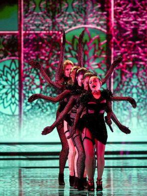 Poznati prvi finalisti Evrovizije, bez poštovanja mera u publici (VIDEO, FOTO) 2