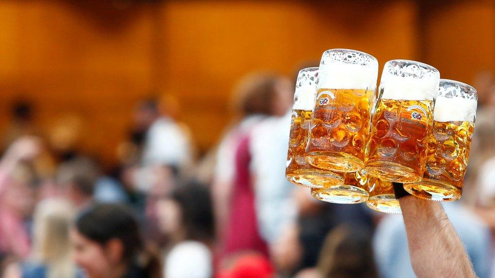 Konobarica nosi pivo tokom Oktoberfesta u Minhenu