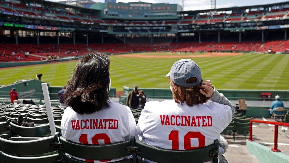 """""""Vakcinirovanы"""". Zriteli na beйsbolьnom matče v Bostone, SŠA"""