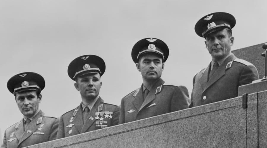 Prvi spisak potencijalnih kosmonauta sužen je na dvadeset, uključujući Jurija Gagarina, drugog s leva