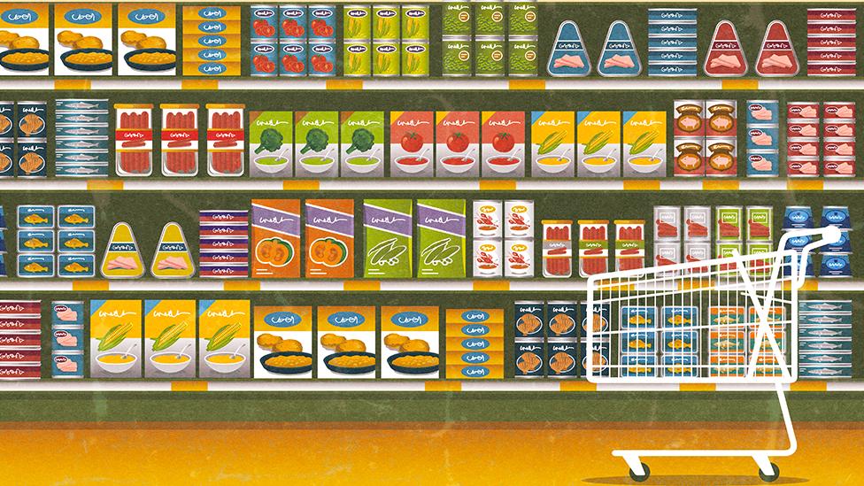 Ilustracija rafova u marketu popunjenih šarenolikim proizvodima
