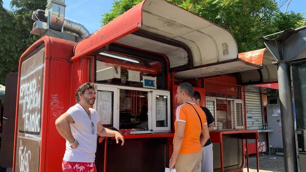 Jugoslavija, socijalizam, nostalgija: Hoće li opstati čuveni crveni kiosk sa viršlama u Beogradu 15